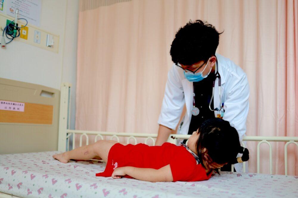 4歲女童「眼失焦、不認得人」  爸媽必知腦膜炎危險徵兆!