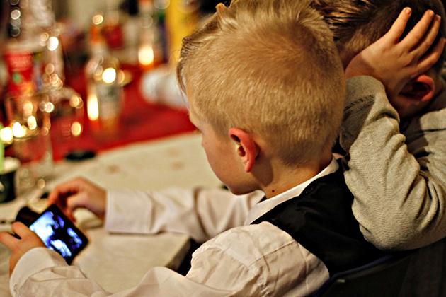 該不該立法限制兒童使用科技產品和上網?英、法看法不一