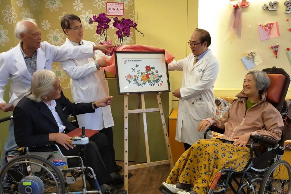 漸凍人「僅剩單指力量」仍作畫  醫院圓夢辦個人畫展