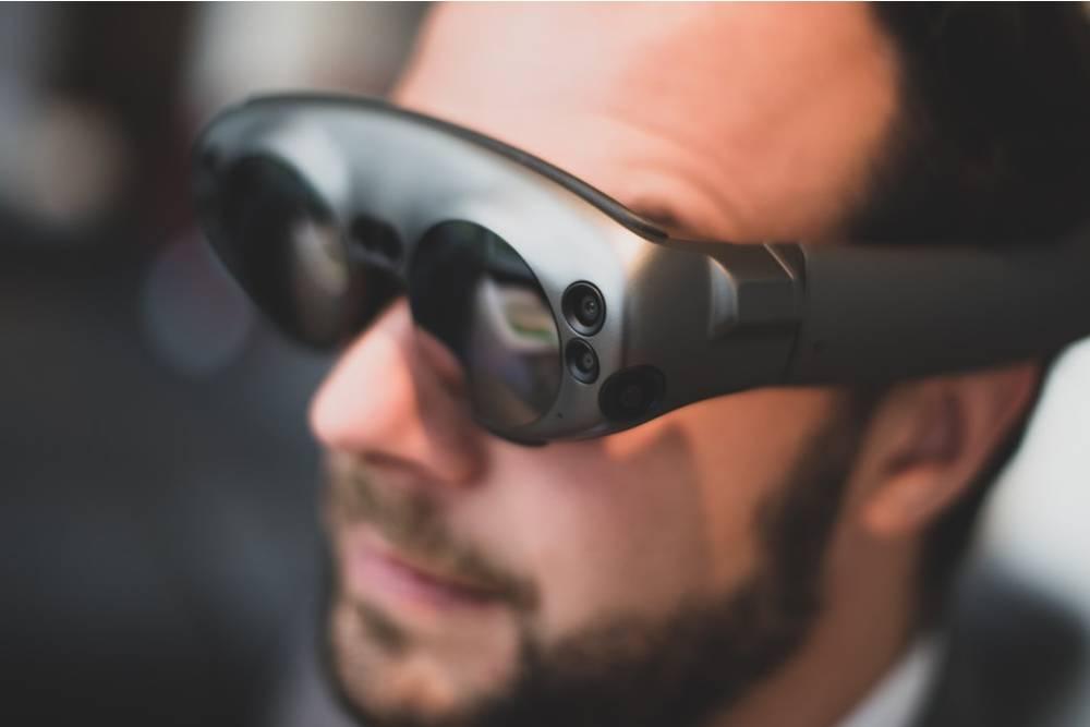 你也可以是Tony Stark!蘋果AR眼鏡能將實體物質變觸控螢幕、還會自動調節度數?