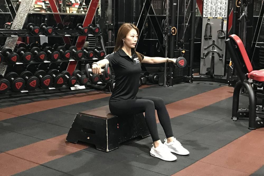 防疫期间不无聊!练成超美背肌、三头肌 这些动作跟着做就对了
