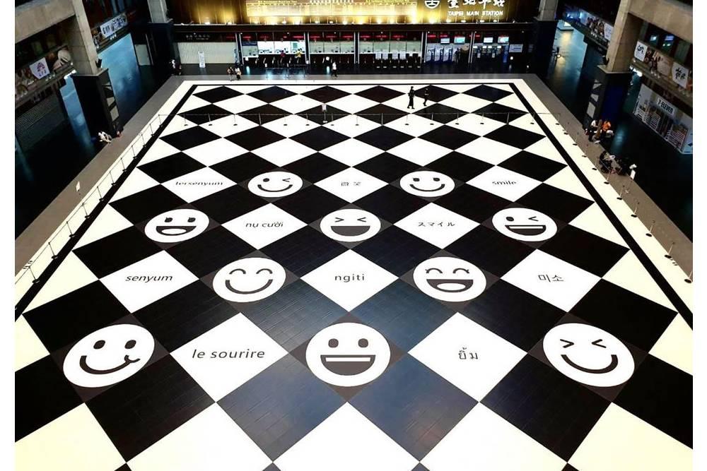北車貼滿「笑臉」!10國語言展現文化相容 林佳龍:下一步打造多元友善空間