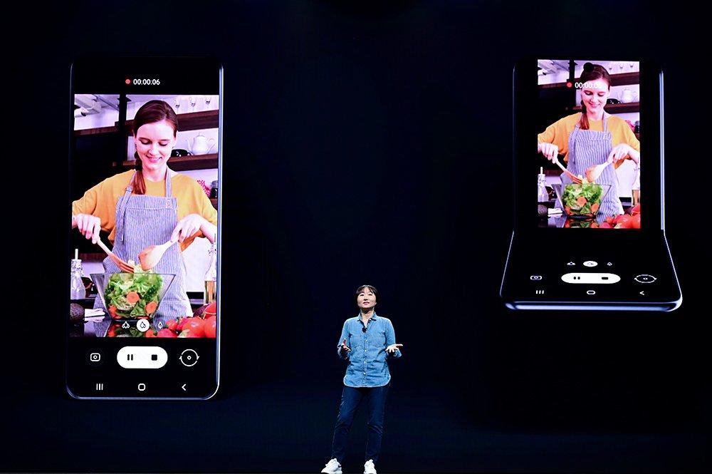 明年將推全新設計摺疊機?三星展示旗下螢幕直向凹折技術