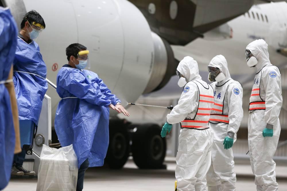 【有影】武漢包機第二波抵國門 國軍化學兵支援檢疫消毒作業
