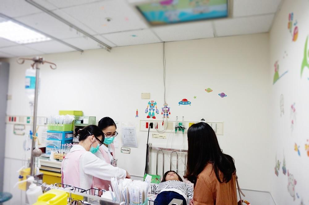 超有才護理師!兒童病房「哄打針」出奇招  天花板改裝播卡通
