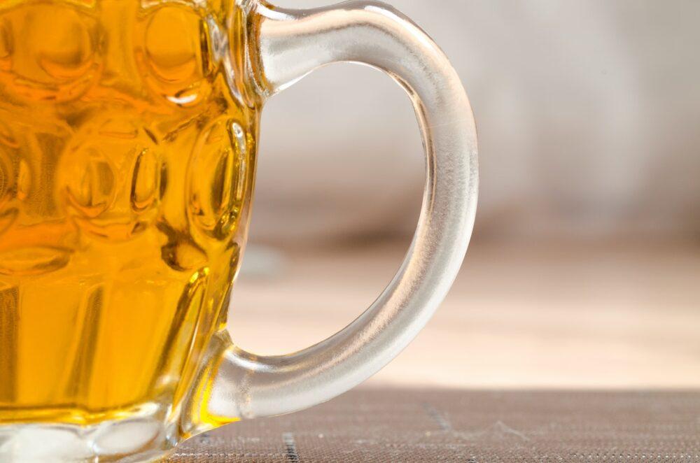 天熱愛灌啤酒一杯杯「呼乾啦」?  暗藏兩大健康風險不輸烈酒