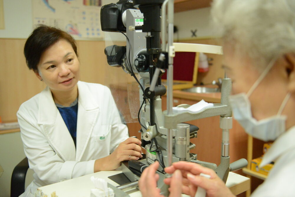 眼角內多長條廔管「卡滿結石」細菌入侵  她眼球險被摘除