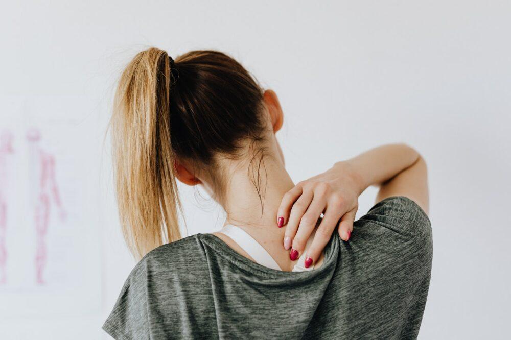 肩頸痠痛、手麻無力…  低頭族當心麻煩大了!頸椎間盤突出