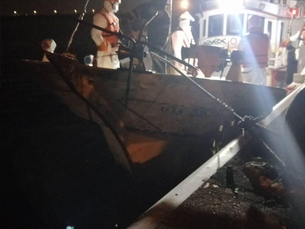 【有影】海上攔截建功 海巡於高雄外海一舉攔獲26名越南偷渡客