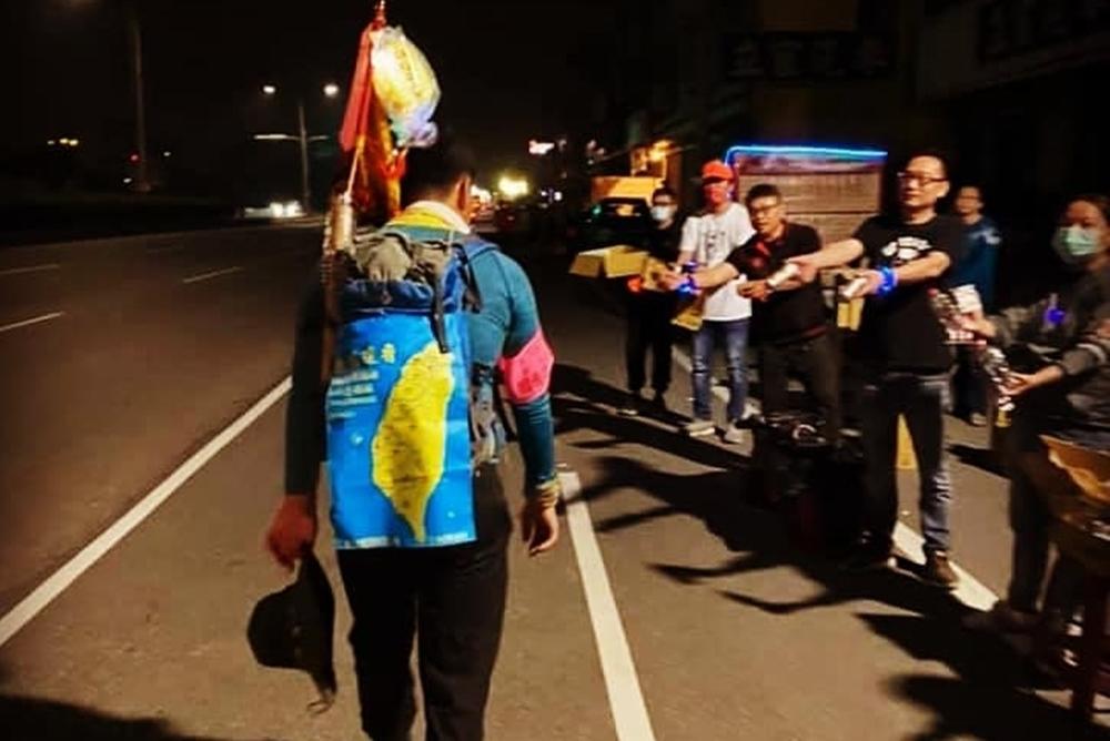 【有影】全程徒步隨白沙屯媽祖進香 年輕信眾步行紀錄「我們與善的距離」