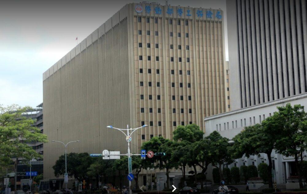 中小信保仰德大樓爆發4確診 數千員工擠在未清消辦公室中