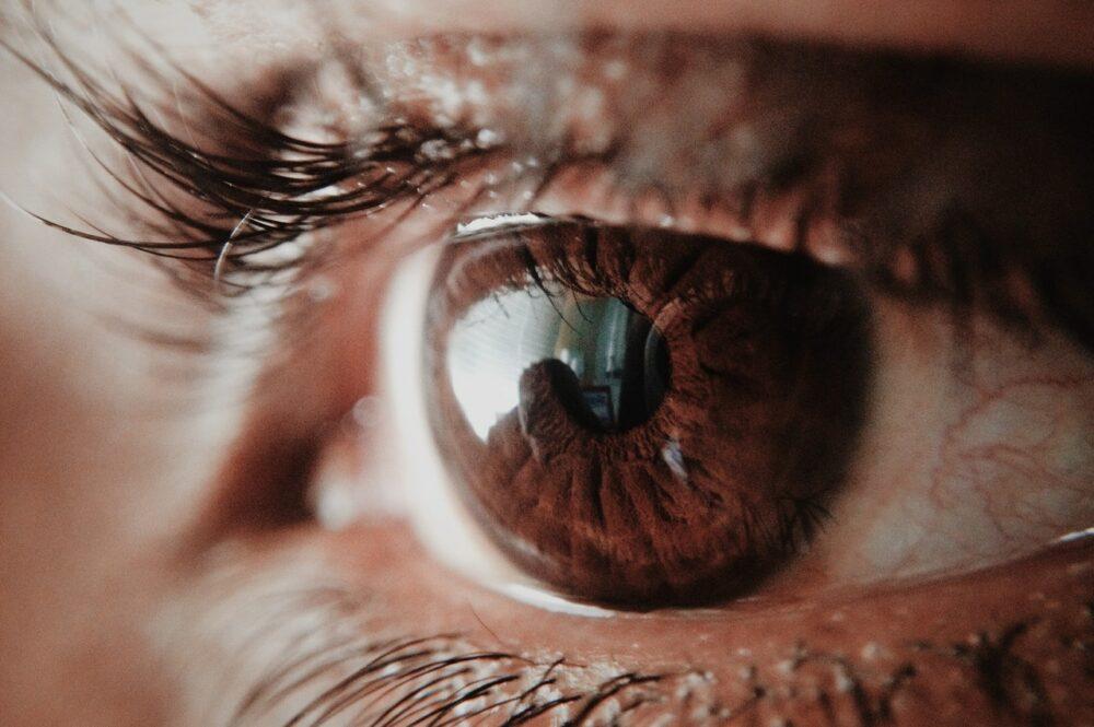 怕病毒一回家猛照「殺菌燈」  熟男眼睛爆痛竟已經角膜撕裂