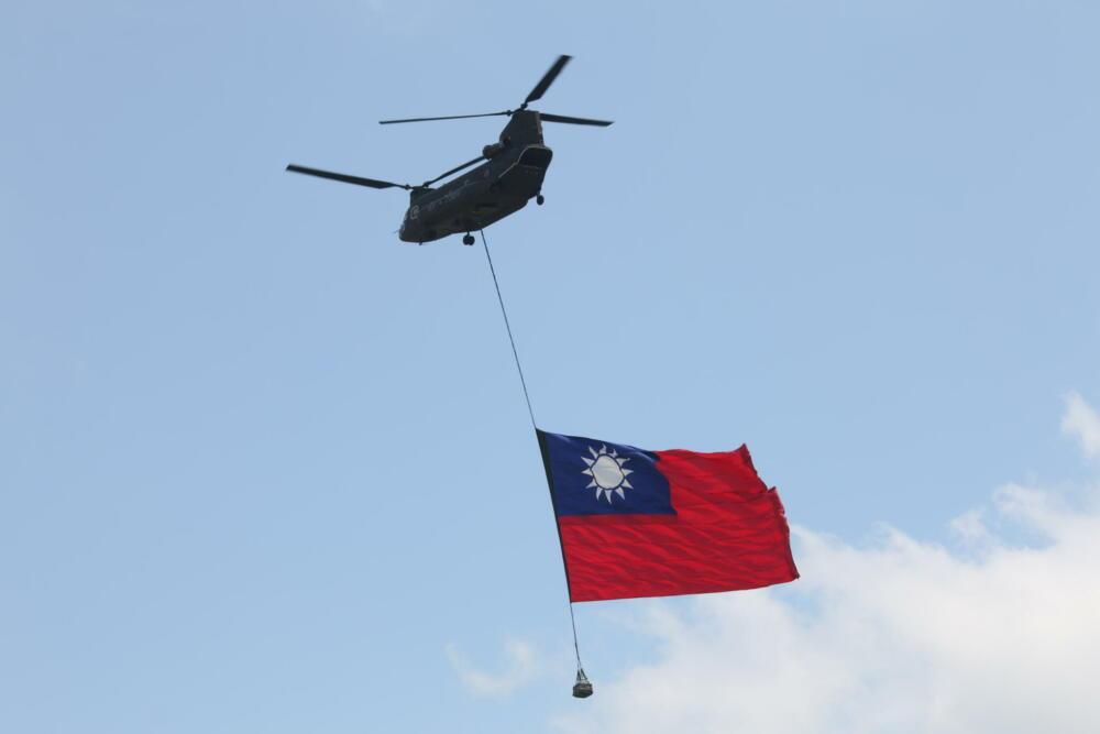 【有影】國慶預演/亮點搶先曝光 重型直昇機吊掛巨幅國旗迎風飄揚