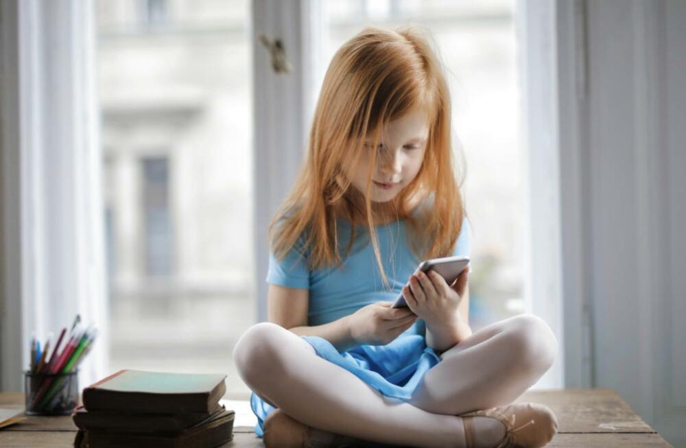 放任孩子床上玩手機、平板…  研究曝:近6成學校課業受影響