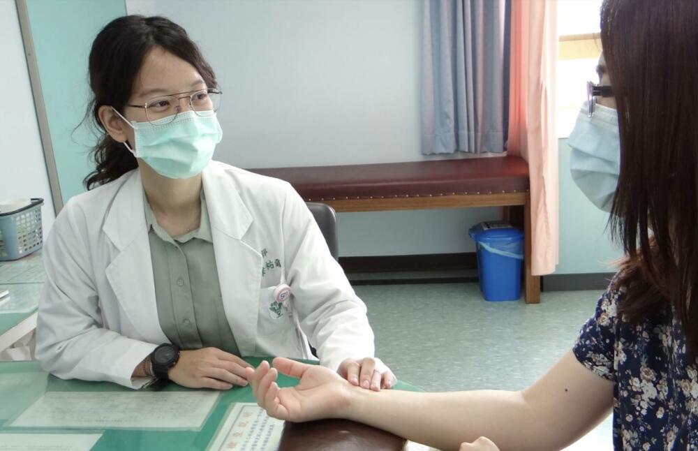先發燒畏寒、後失眠心悸   女打新冠疫苗副作用竟持續快一個月