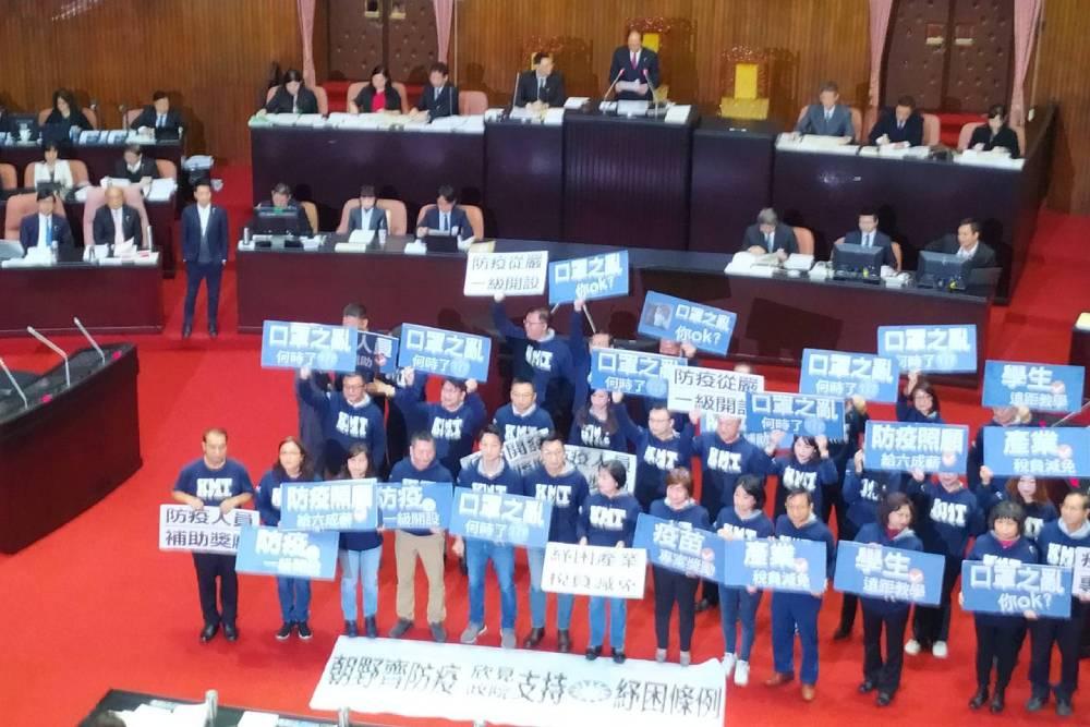 【有影】開議首日國民黨團聚集主席台前 要求平息口罩之亂