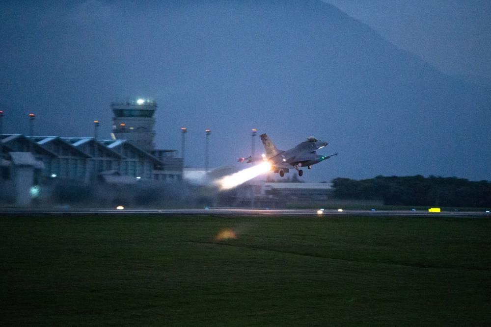 【有影】國軍「聯翔操演」F-16V首度出動 8架戰機加大推力緊急升空