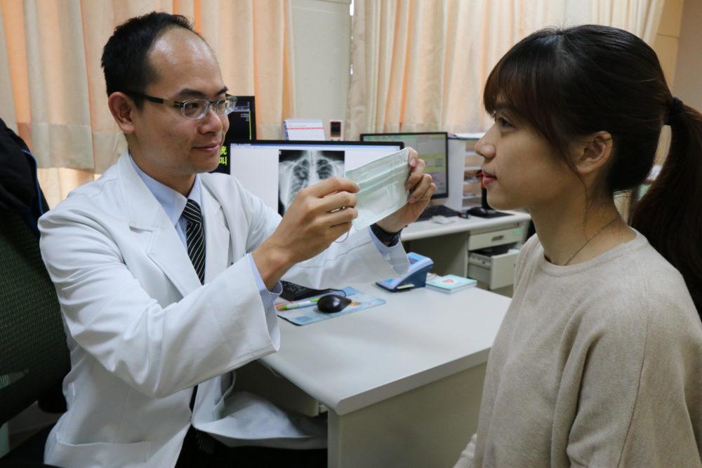 高峰期要當心!粉領族咳出血紅「檳榔汁痰」藥不見效 流感併發肺炎害的