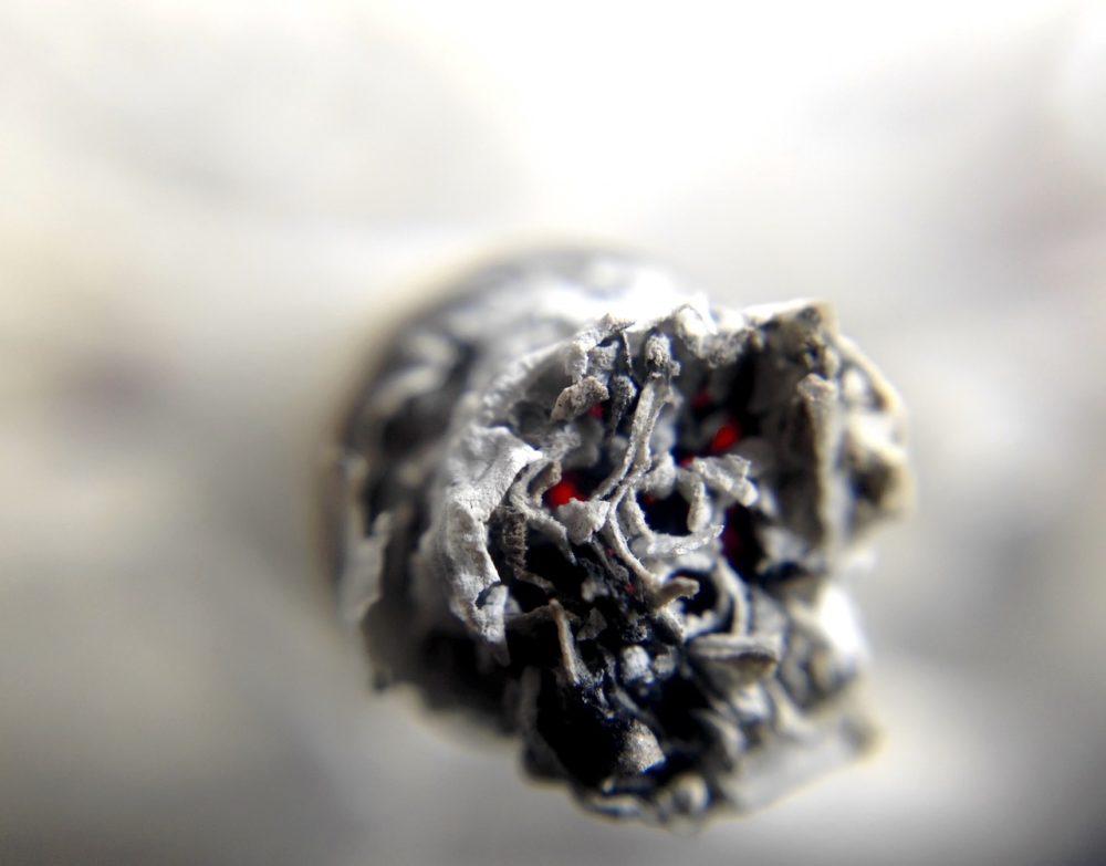 室內哈菸代價慘!「三手菸」可殘留半年 害孩童認知、寵物罹癌