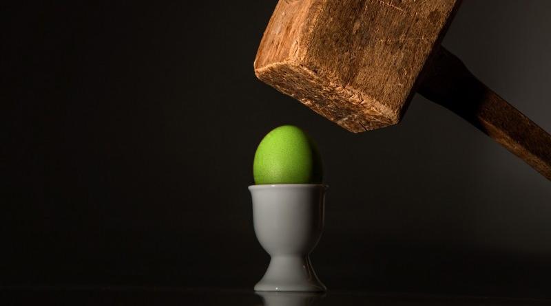 雞蛋碰石頭,悲劇在後頭