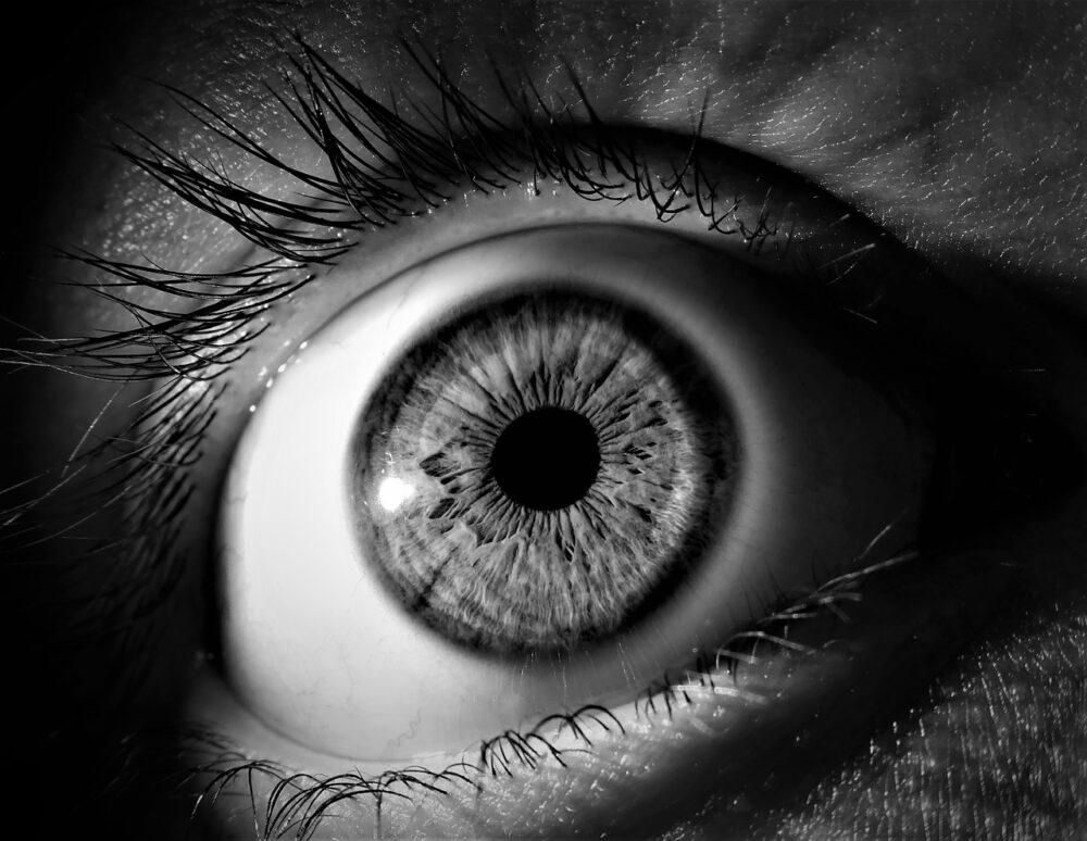 眼前「飛蚊、閃光、視野縮小」?  視網膜剝離3大恐怖警訊來了