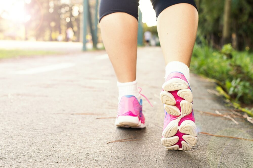 左腳「腳重走不動」還鬧水腫…  這年齡層女性當心可怕病症已上身!
